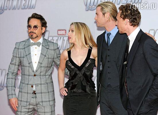 Роберт Дауни-младший, Скарлетт Йоханссон, Крис Хемсворт и Том Хиддлстон (слева направо) на премьере фильма «Мстители»