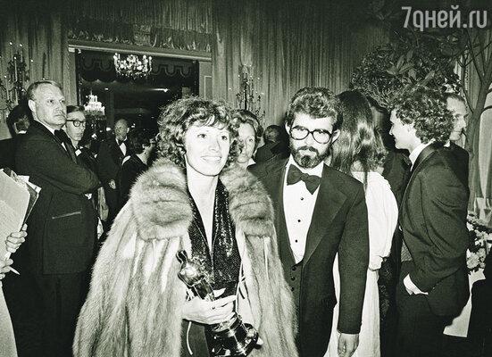 За монтаж «Звездных войн» Марсия Лукас наконец получила долгожданный «Оскар», а самого Джорджа статуэткой обошли. Лос-Анджелес, 1978 г.