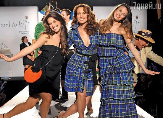 С дочерьми Рэйни (слева) и Сарой на показе мод. Нью-Йорк, 2009 г.