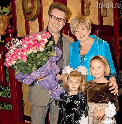 Ангелина Вовк с племянницами Аней и Ангелиной и коллегой Владимиром Березиным