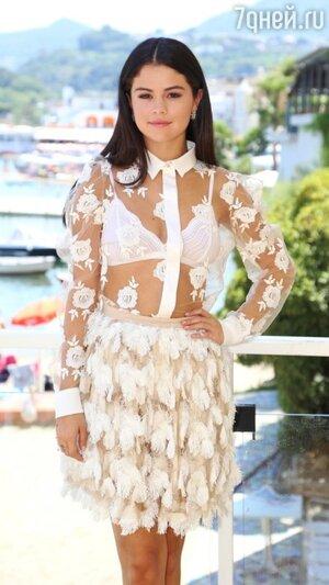 Свой образ Гомес дополнила браслетами, сережками и изящными лодочками от Casadei белого цвета