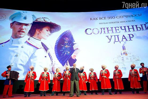 Никита Михалков вышел на сцену с казачьим хором