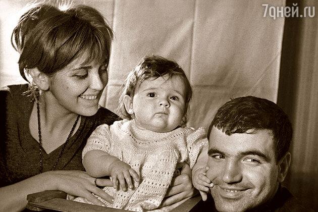 Геннадий Шпаликов и Инна  Гулая с дочерью Дашей