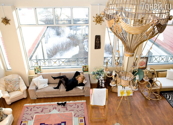 Гостиную в доме Аллы Пугачевой освещает оригинальный воздушный шар