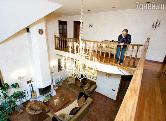 В центре комнаты с камином Эдуард Успенский мечтал повесить качели. Но жена писателя настояла на люстре