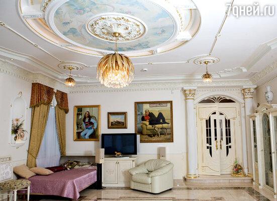 Многоярусный расписной потолок и целый ансамбль осветительных приборов в гостиной поначалу потрясли Винокура и его жену. Но супруги быстро привыкли к пафосному интерьеру