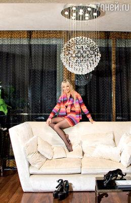 Светильниками-шарами из бисера и стекляруса, как и всей техникой в доме, Ирина Салтыкова управляет с сенсорного дисплея компьютера
