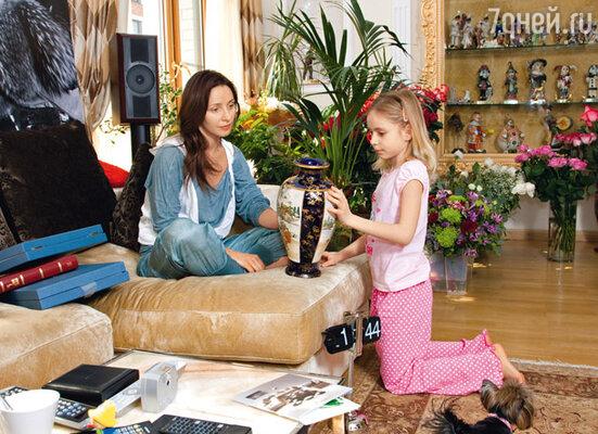 Подарки Таня разбирала уже дома утром следующего дня. Саша с удовольствием помогала маме