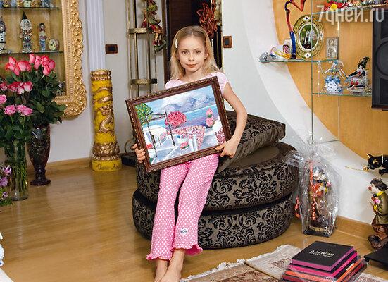 Среди подарков Саше приглянулась картина, которую она с разрешения мамы решила повесить в свою комнату