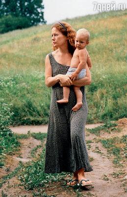 Когда мы переезжаем из деревни в Москву, мама живет то у Сашки, которая снимает квартиру, то с нами в Лианозове. Она — в маленькой комнатке, мы с детьми — в большой