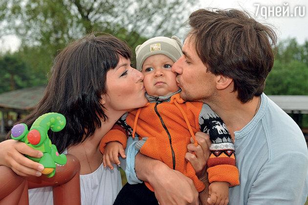 Юлия Такшина и Григорий Антипенко с сыном Ваней