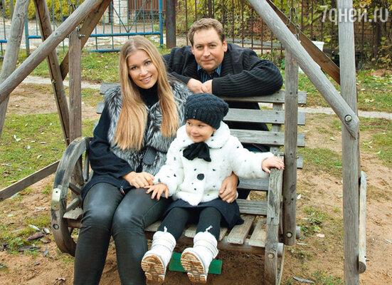 Стас с женой Кристиной Бабушкиной и дочкой Устиньей на даче в Подмосковье