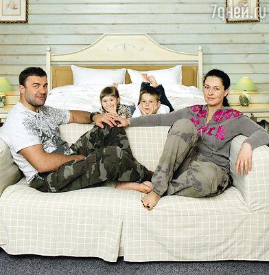 Пореченков с женой Ольгой, дочерью Машей и сыном Мишей