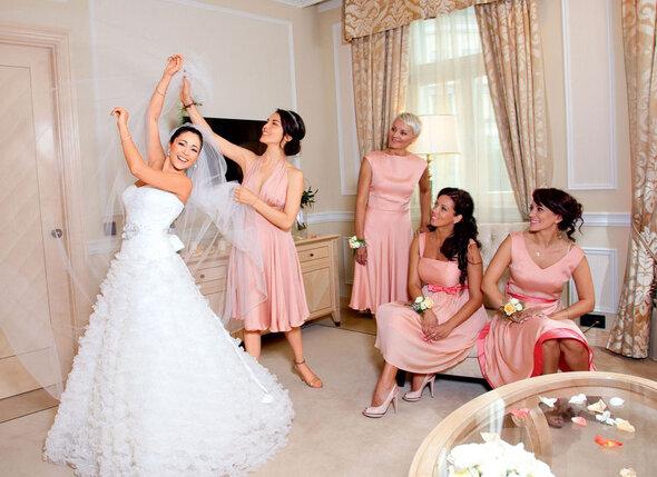 Любовь Тихомирова в платье Pronovias, украшениях Sartoro
