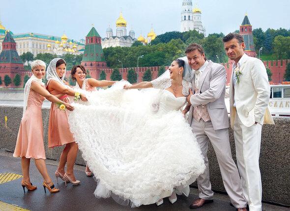 Платья для подружек невесты и костюм жениха были изготовлены по специальному заказу в ателье «Держи фасон». На фото пара с композитором Иваном Замотаевым (справа)