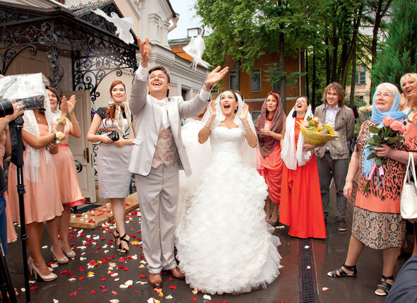 После венчания Любовь и Ласло по традиции выпустили в небо белых голубей