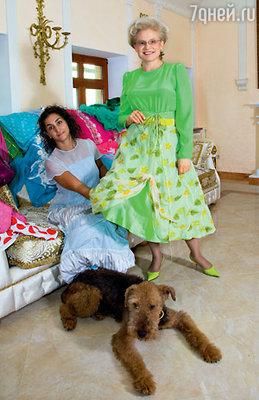 Елена Васильевна в наряде «Яблочный Спас», сшитом для «Жить здорово!» к новому сезону. С художником Екатериной Заславской и своей любимой собакой — 13-летним Чарликом
