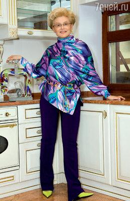 В обычной жизни Елена Васильевна одевается по принципу удобства: «Надела брюки, джемпер — и вперед!» Эта нарядная кофта от Вивьен Вествуд — палочка-выручалочка для особых случаев