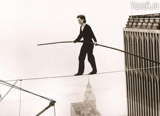 Филипп шел над пропастью глубиной почти 500 метров, держа в руках длинный шест для балансировки — единственное, за что он мог держаться. Канат под ним мелко дрожал, но все атомы его ступней словно знали, как сделать следующий шаг