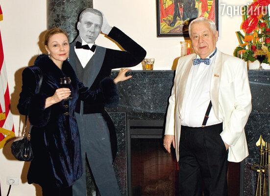 Олег Табаков с женой Мариной Зудиной возле камина в холле Спасо-Хаус
