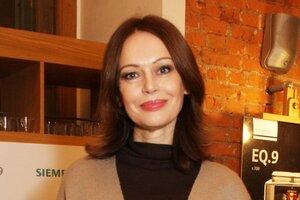 Ирина Безрукова вышла в свет в остромодном пальто