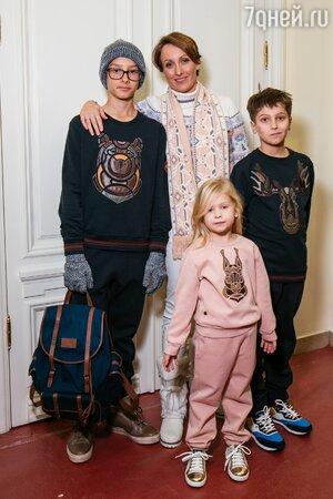Амина Зарипова с детьми