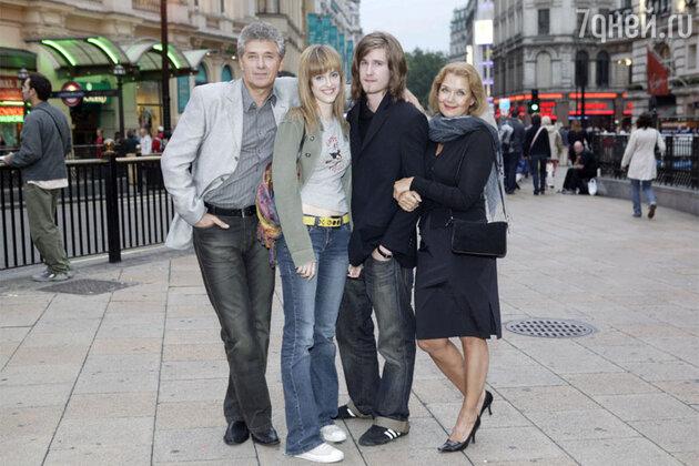 Ирина Алферова с мужем Сергеем Мартыновым, дочерью Анастасией и сыном Сергеем