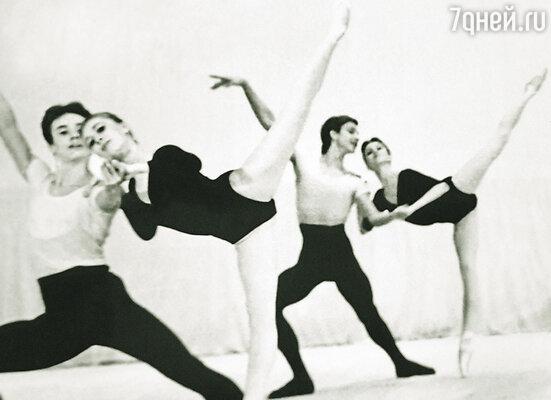 В 19 лет я стал артистом кордебалета Большого театра. От переполнявшей меня гордости буквально летал на крыльях! Данко с партнершей справа
