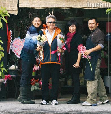 Дастин Хоффман с посетительницами цветочного магазина в Лос-Анджелесе