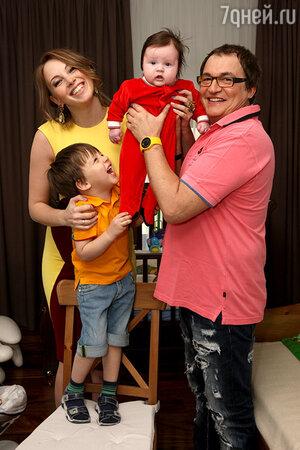 Дмитрий Дибров  с женой Полиной и сыновьями Сашей и Федей