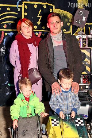 Михаил Башкатов с женой Катей, сыновьями Тимофеем и Федором
