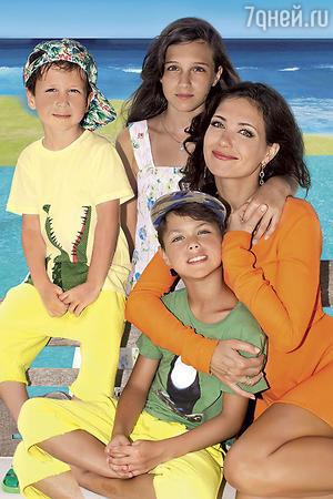 Екатерина Климова с дочерью Лизой и сыновьями Матвеем и Корнеем