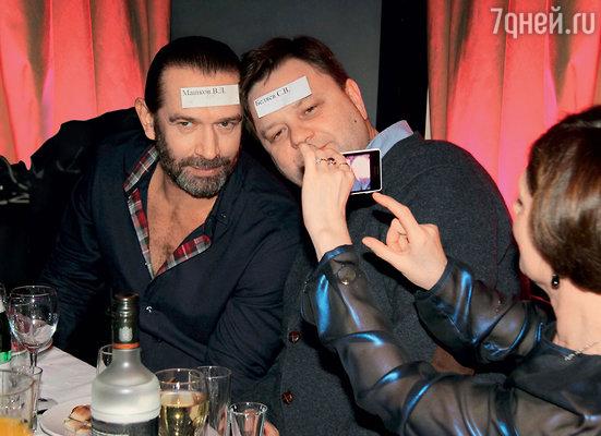Владимир Машков и Сергей Беляев в шутку приклеили налоб записки со своими именами, обозначающими места за столами