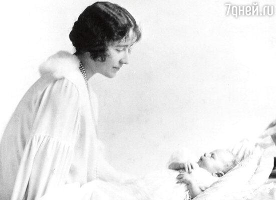 Королева-мать и ее новорожденная дочка — будущая Елизавета II
