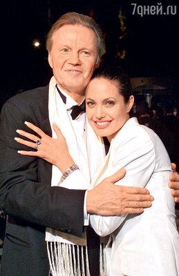 Анджелина Джоли с отцом актером Джоном Войтом еще до того, как они перестали общаться. Лос-Анджелес, 2001 г.