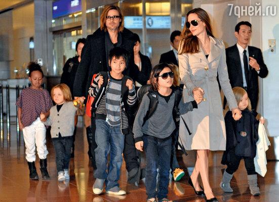 Анджелина Джоли с Брэдом Питтом и детьми — Захарой, Ноксом, Мэддоксом, Паксом иВивьен в аэропорту Токио