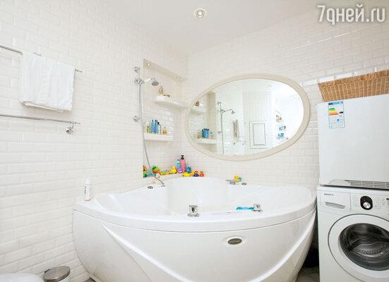 В просторной ванной поместились и джакузи, и стиральная машина