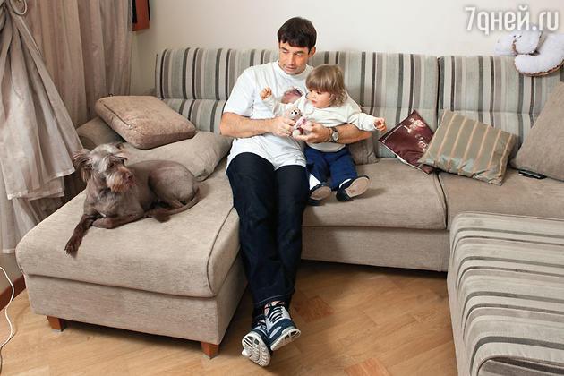 Дмитрий Певцов с сыном Елисеем и собакой Тиной. 2008 год