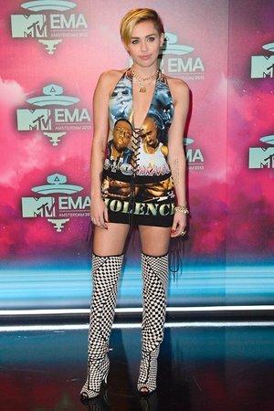 Майли Сайрус в мини-платье с портретами Тупака Шакура и Бигги Смолс на церемонии MTV Europe Music Awards 2013