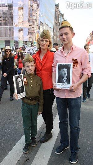 Юлия Ромашина с сыновьями дмитирием и Данилой