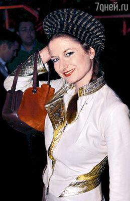 Анна Плисецкая не забросила актерскую профессию, мало того, она приобрела и другие. Теперь она и балерина, и режиссер, и актриса, и певица, и продюсер