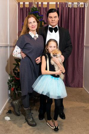 Евгений Дятлов с женой Юлией и дочерью Василисой