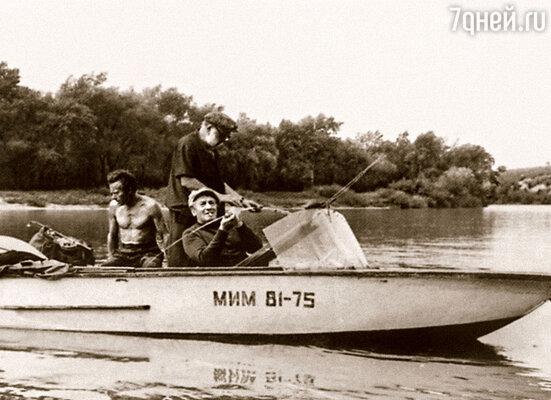 Только расположились на берегу, вижу — лодка, в ней Крючков и еще актеры. Стали звать с собой. Я ни в какую, но Крючков умел уговаривать
