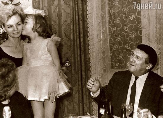 Сказала дочке Эле: «Сейчас позавтракаешь, а потом я тебя отшлепаю». — «Шлепай до завтрака, а то папа вернется и не разрешит»