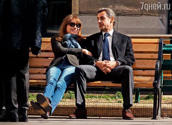 Поговаривали, прежний глава Франции Саркози всерьез подумывает  о возвращении в президентское  кресло. Николя Саркози  и Карла Бруни.  Париж, 2014 г.