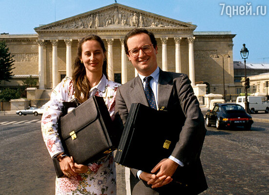 Олланду не нравилось, что Сеголен занимается политикой, мечтает о президентском кресле, а самого Франсуа,  хоть и в шутку, называет «месье Руаяль». Сеголен и Франсуа у Национальной ассамблеи в Париже, 1988 г.