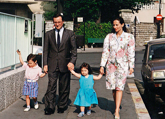Согласно скандальным мемуарам, Франсуа говорил Валери, что Сеголен его подавляет,  всячески помыкает им и вообще считает подкаблучником. Олланд с женой и детьми