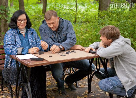 Режиссер Илья Казанков обсуждает сцену с Михаилом Пореченковым и Татьяной Ткач