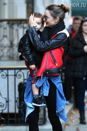 Миранда Керр в косухе от Acne на прогулке по Нью-Йорку с сыном Флинном