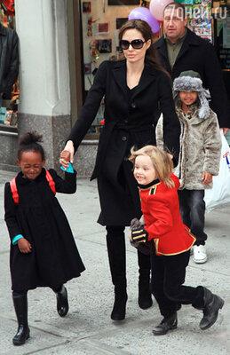 Многодетная мама Анджелина Джоли с семейством